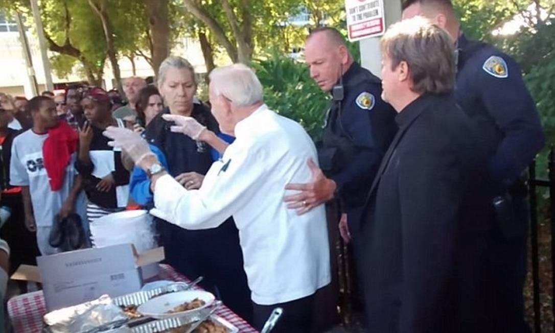 Policiais disseram a Abbott: 'Largue esse prato agora' Foto: / Reprodução/YouTube