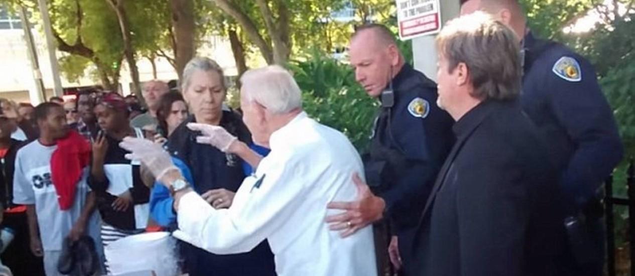 Policiais disseram a Abbott: 'Largue esse prato agora' Foto: Reprodução/YouTube