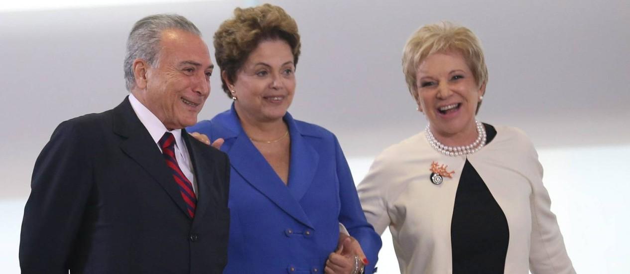Presidente Dilma Rousseff chega à cerimônia acompanhada pelo vice, Michel Temer e pela ministra Marta Suplicy Foto: André Coelho / Agência O Globo
