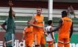 O técnico Cristóvão Borges conversa com os zagueiros Guilherme Mattis e Marlon nas Laranjeiras
