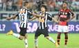 Diante de Márcio Araújo, os atleticanos Carlos e Luan comemoram um dos gols do time mineiro na goleada por 4 a 1 sobre o Flamengo, no Mineirão