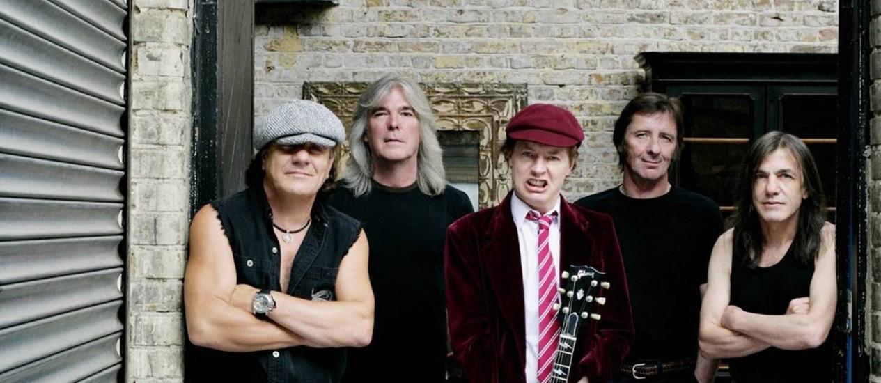 O baterista Phil Rudd da banda AC/DC (quarto da esquerda para a direita) Foto: Divulgação