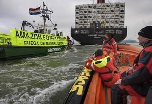Ativistas do Greenpeace fazem protesto durante a chegada da embarcação na Holanda Foto: Bas Beentjes / Bas Beentjes / Greenpeace