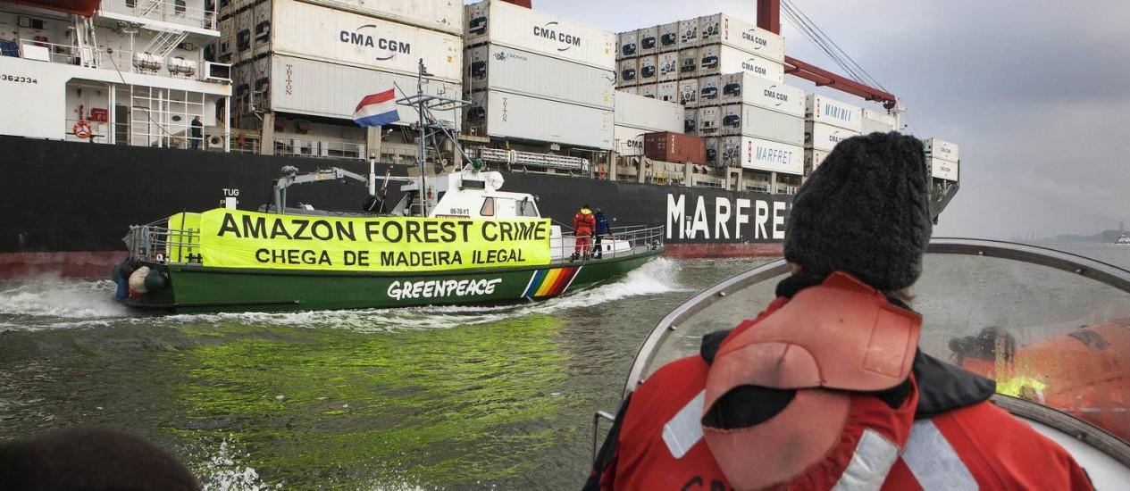 A faixa que denuncia a origem ilegal da carga instalada no navio nas proximidades de Roterdã Foto: Bas Beentjes / Greenpeace
