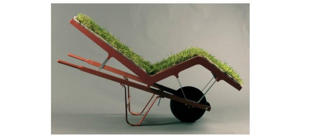 Chaise com rodas nos pés e grama no assento Foto: Site Deger Cengiz