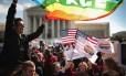 Ativistas a favor do casamento gay protestam em frente à Suprema Corte, em Washington D.C.