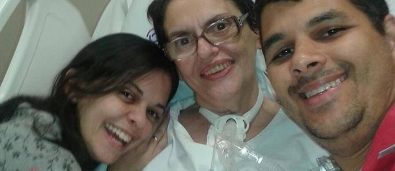 Inês (meio) ao lado de Camila e seu noivo Leonardo Foto: Reprodução/Facebook