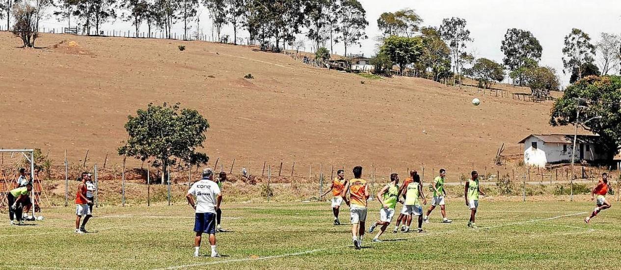 Rural. De branco, o técnico Josué Teixeira comanda o treino do Macaé na Fazendinha: críticas à estrutura do clube
