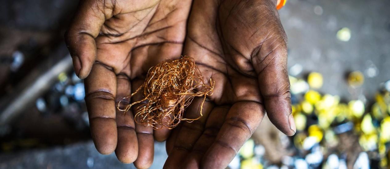 Mulher exibe fios de cobre reciclado na Índia: o mundo produziu 48,9 milhões de toneladas de lixo eletrônio em 2012 Foto: Sanjit Das / Bloomberg