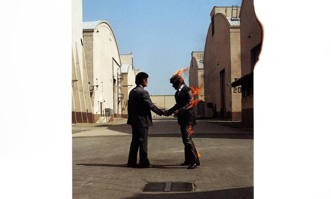 """""""Wish you were here"""" (1975): O álbum traz um dos maiores sucessos do Pink Floyd (a faixa-título), um épico de mais de 20 minutos para Syd Barrett e críticas ferozes à indústria fonográfica. A capa complementa a música com dois executivos apertando as mãos num gesto vazio, um deles pegando fogo. Cenário? Os estúdios da Warner na Califórnia. Foto: Divulgação"""
