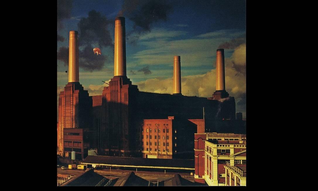 """""""Animals"""" (1977): Para o álbum inspirado no livro """"A revolução dos bichos"""", de George Orwell, Roger Waters surgiu com a ideia de um porco voando sobre a decadente usina de Battersea, em Londres. Foi uma trabalheira: após uma """"fuga"""" do balão de porco por causa do clima ruim, no terceiro dia a fotografia foi feita. Foto: Divulgação"""