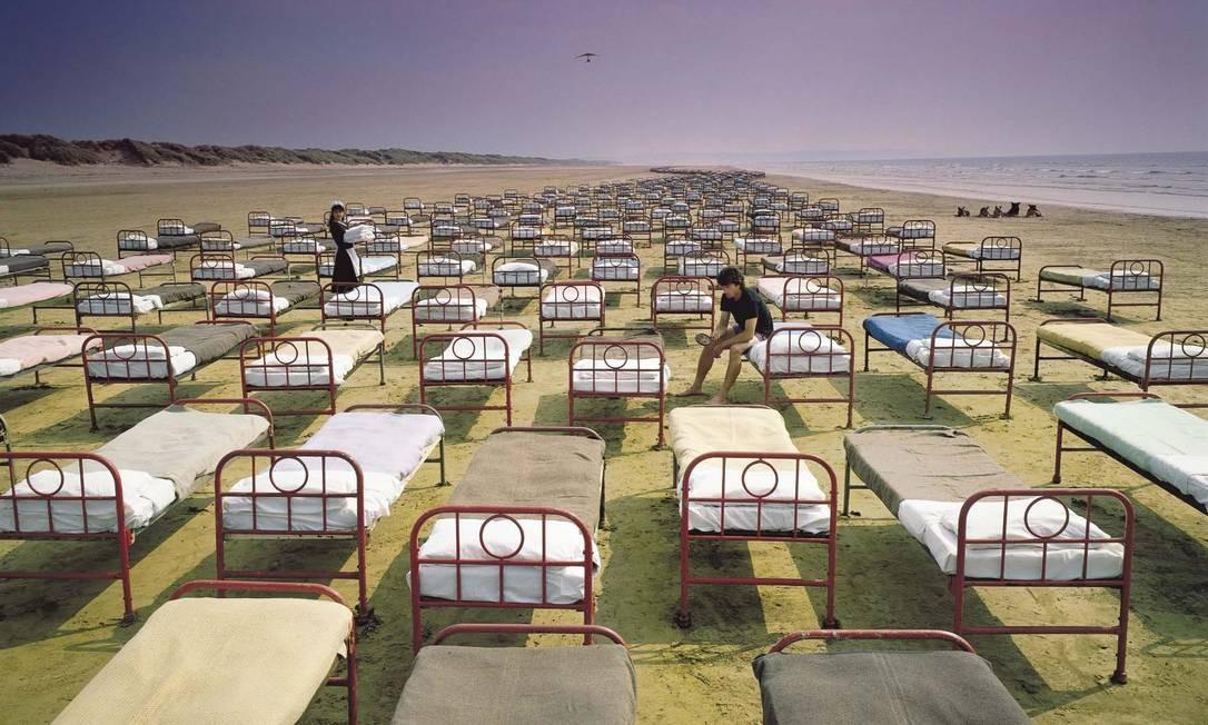 """""""A momentary lapse of reason"""" (1987): Com Waters fora da banda, Thorgerson e a Hipgnosis retornam para mais uma capa cuidadosa. Para representar """"vestígios de relacionamentos que evaporaram"""", Thorgerson alinhou mais de 700 camas de hospital numa praia. O fotógrafo Bob Dowling acabaria ganhando um prêmio da Association of Photographers Awards. Foto: Divulgação"""