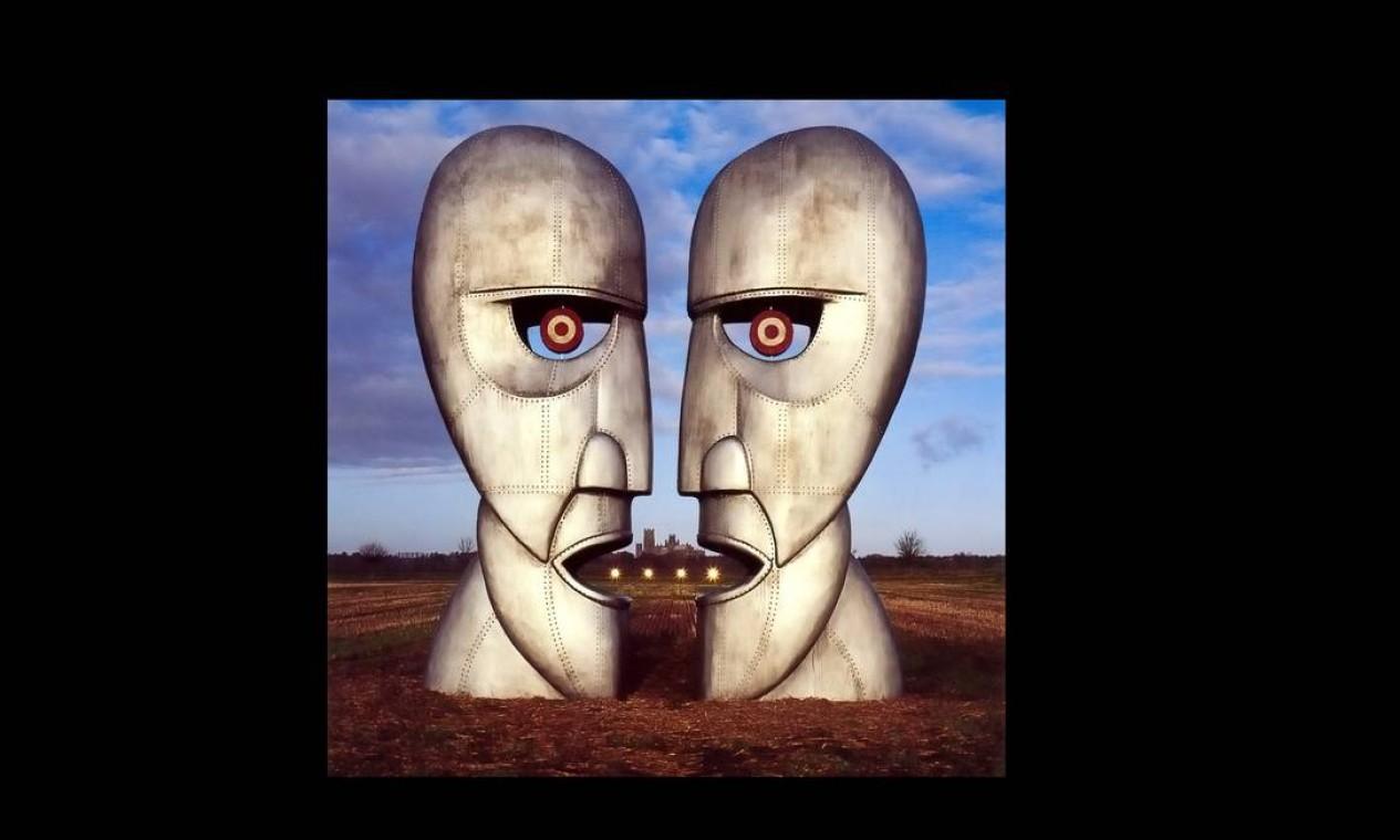 """""""The Division Bell"""" (1994): Thorgerson mandou levantar duas enormes cabeças de metal colocadas uma de frente para a outra e fotografadas em perfil. Assim, parecem estar conversando entre si e ainda formam uma terceira cabeça no meio. Imagem adequada para um álbum que tem a comunicação (ou a falta de) como um de seus principais temas. Foto: Divulgação"""