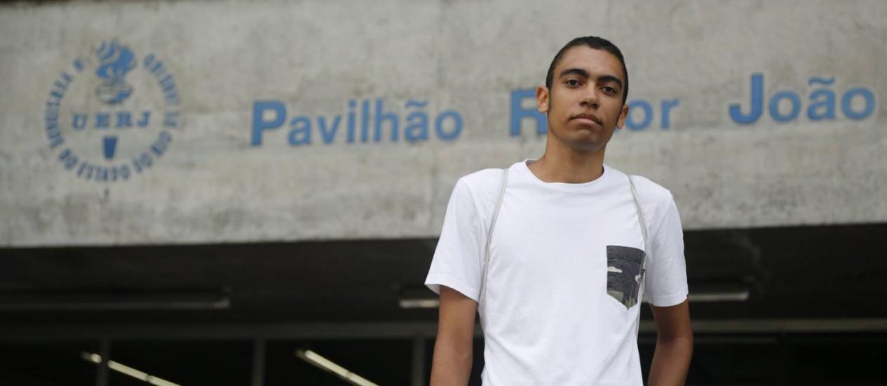 O estudante italiano Carmine D´Aria aguarda as aberturas dos portões da UERJ Foto: Felipe Hanower / Agência O Globo