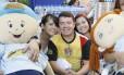Marcos, de 48 anos, com suas duas filhas, todos candidatos ao Enem