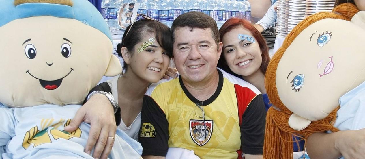 Marcos, de 48 anos, com suas duas filhas, todos candidatos ao Enem Foto: Agência O Globo