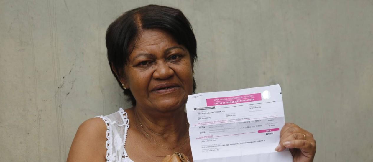 Ana Maria mostra seu comprovante de inscrição no Enem minutos antes de acessar o local de prova Foto: Felipe Hanower / Agência O Globo