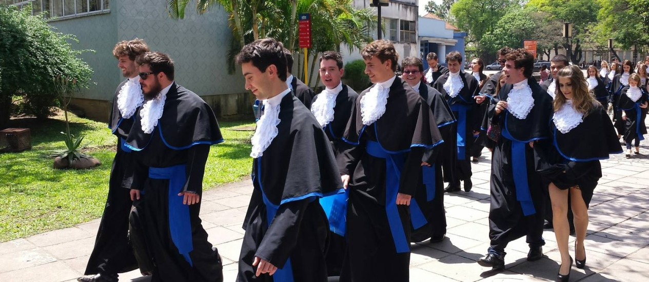Formandos de Engenharia chegam para fazer foto em local de prova do Enem, em Porto Alegre Foto: Flavio Ilha