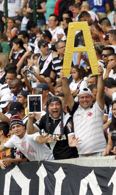 A torcida comparece em bom número ao estádio Foto: Cezar Loureiro / Agência O Globo