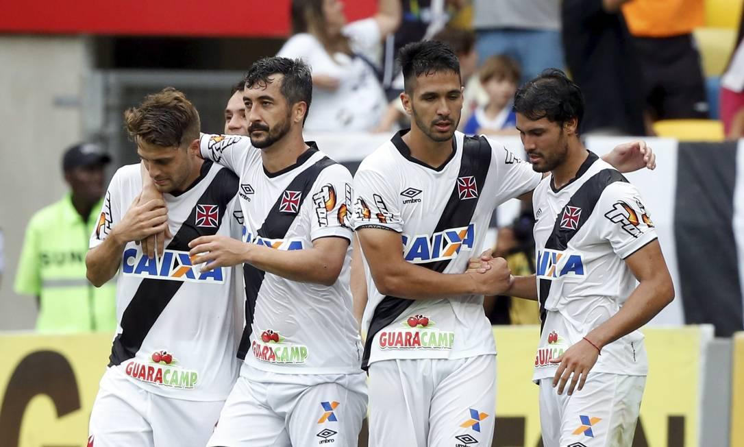 Jogadores do Vasco comemoram o gol de pênalti marcado por Douglas (segundo à esquerda), nos acréscimos do primeiro tempo Foto: Cezar Loureiro / Agência O Globo