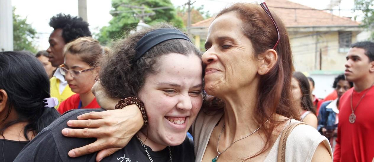 Fernanda Raquel Nascimento Santana com a mãe, Regiane Nascimento, na saida do Enem. Foto: Fernando Donasci/ Agência O Globo