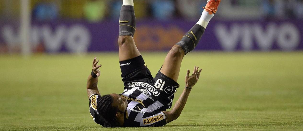 Derrotado. Carlos Alberto cai em campo Foto: Terceiro / Fernando Soutello/AGIF