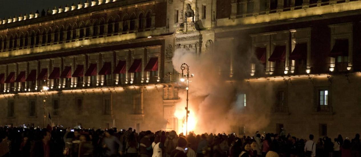 Manifestantes atacaram o Palácio Nacional, na capital Cidade do México Foto: OMAR TORRES / AFP
