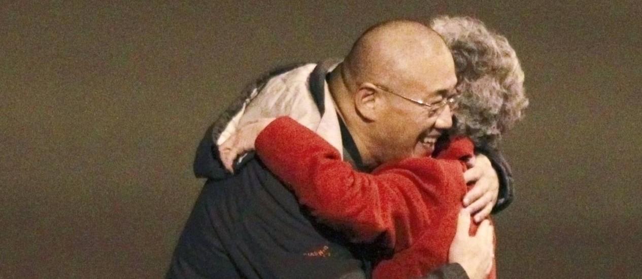 Kenneth Bae abraça sua mãe, Myung Hee Bae, ao desembarcar nos Estados Unidos Foto: ANTHONY BOLANTE / REUTERS