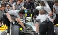 Lewis Hamilton nos boxes da Mercedes junto com os engenheiros da equipe