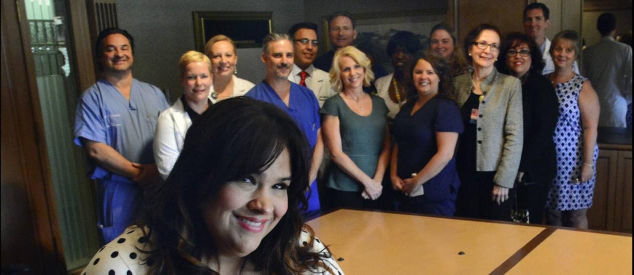 Ruby Graupera-Cassimiro posa com a equipe médica do Hospital Regional de Boca Raton, que trabalhou por três horas para a sua sobrevivência Foto: Reprodução da internet