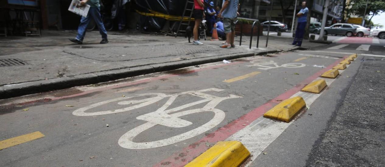 Caminhão capotou após bater nos tachões que separam a pista de carros da ciclovia Foto: Felipe Hanower / Agência O Globo