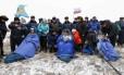 Os tripulantes da ISS Alexander Gerst, Maxim Surayev e Reid Wiseman descansam após pousar em uma área reomota perto da cidade de Arkalyk, no norte do Cazaquistão