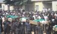 Membros da Irmandade Muçulmana transporta corpos de vítimas de um ataque em Potiskum, na Nigéria, na semana passada