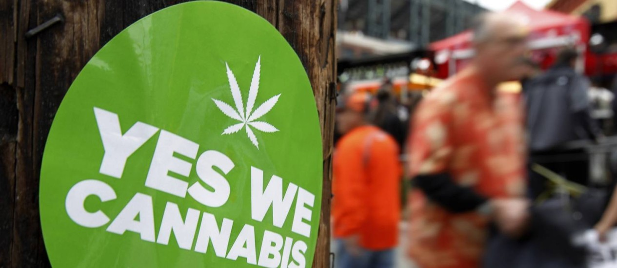 Um adesivo para apoiar a legalização da maconha no estado da Califórnia, onde a legalização pode ser colocada em votação em 2016, quando ocorrem eleições presidenciais nos EUA Foto: MIKE BLAKE / REUTERS
