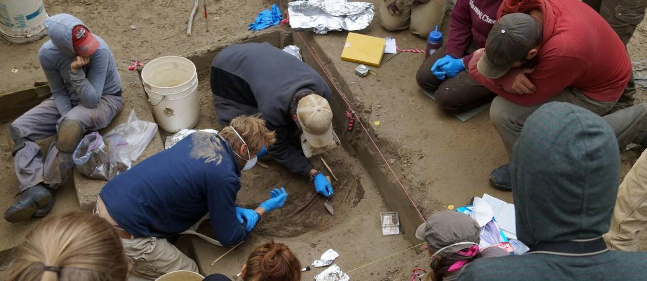 Arqueólogos escavam a sepultura das duas crianças em sítio no Alasca Foto: Ben Potter