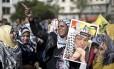 Apoiadora da Fatah carrega um retrato de Yasser Arafat em manifestação na frente da universidade Al-Ahzar, pelo décimo aniversário da morte do líder palestino