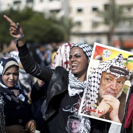 Apoiadora da Fatah carrega um retrato de Yasser Arafat em manifestação na frente da universidade Al-Ahzar, pelo décimo aniversário da morte do líder palestino Foto: MAHMUD HAMS / AFP