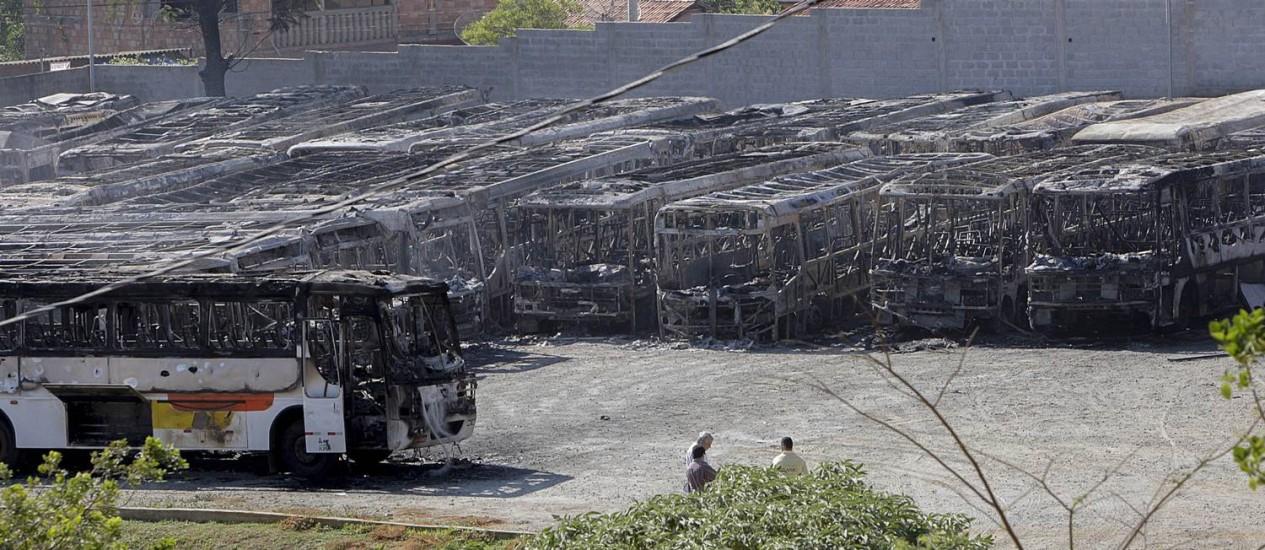 Incêndio destrói ônibus em Sabará, Região Metropolitana de BH Foto: O Tempo / Uarlen Valerio