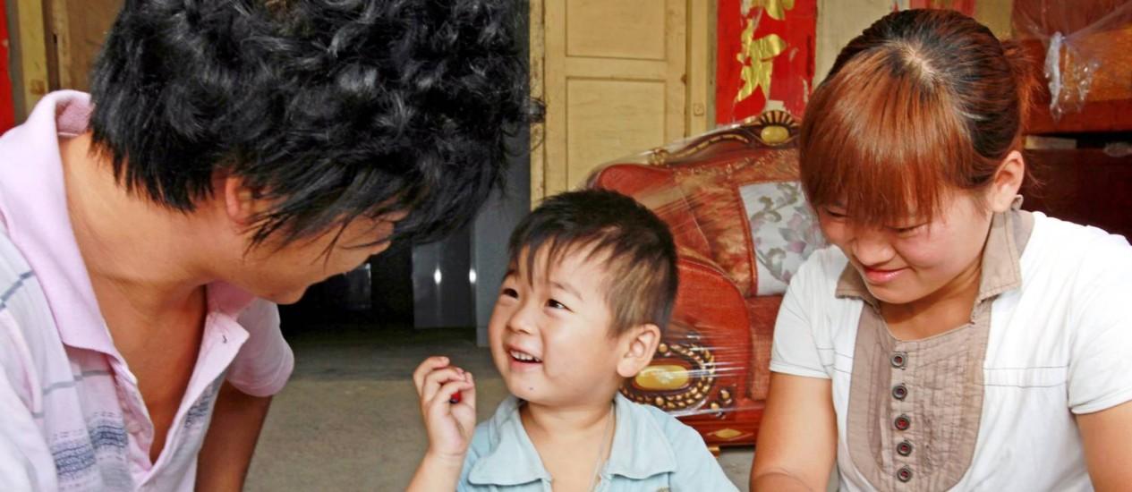 Imagem de promoção da política do filho único na China com um casa e um menino: segundo ONU, o extermínio de fetos do sexo feminino extrapola o Leste da Ásia, onde sempre existiu Foto: ImagineChina
