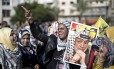 Divergências. Mulher que apoia o Fatah segura uma foto de Arafat, em Gaza
