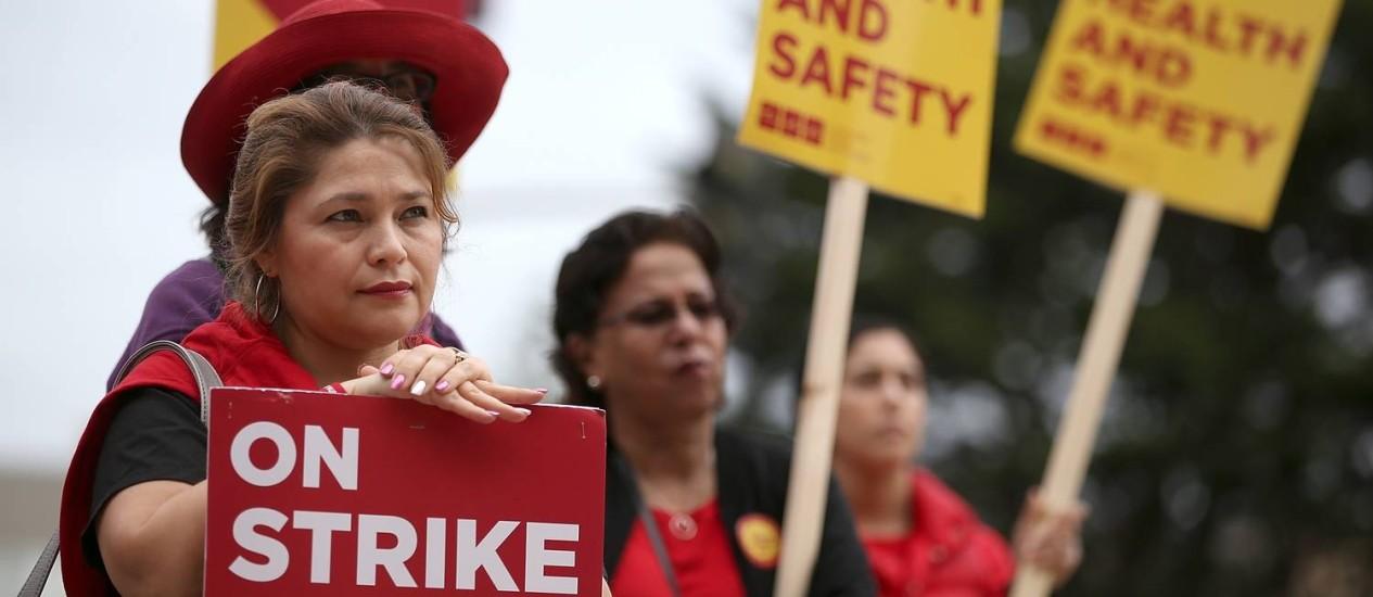 Enfermeiras carregam cartazes de greve em São Francisco, Califórnia Foto: JUSTIN SULLIVAN / AFP