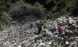 Cinegrafista caminhada em depósito de lixo onde restos mortais foram encontrados fora da cidade montanhosa de Cocula, perto de Iguala, no estado mexicano de Guerrero