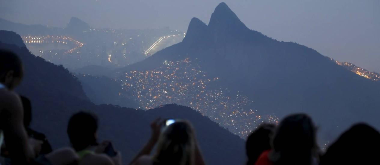 Inesperado. As luzes de São Conrado são a primeira visão ao chegar no alto do platô da Pedra Bonita Foto: Hudson Pontes / Agência O Globo