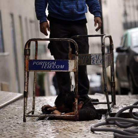 Trabalhadores da Portugal Telecom em Lisboa: jogada de Isabel dos Santos, da Unitel, afeta planos da Oi para portuguesa Foto: Francisco Seco / AP