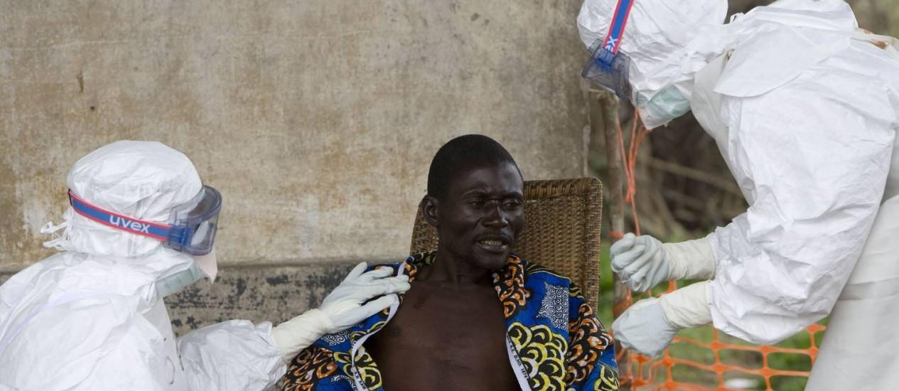 Homem recebe tratamento de voluntários do Médico Sem Fronteiras na África Foto: Christopher Black / AP