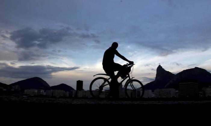 Ciclista passeia pelo Aterro no amanhecer Foto: Custodio Coimbra / O Globo