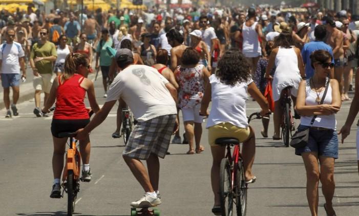 Corredores, ciclistas e skatistas dividem área de lazer em Ipanema Foto: Marcelo Carnaval / O Globo