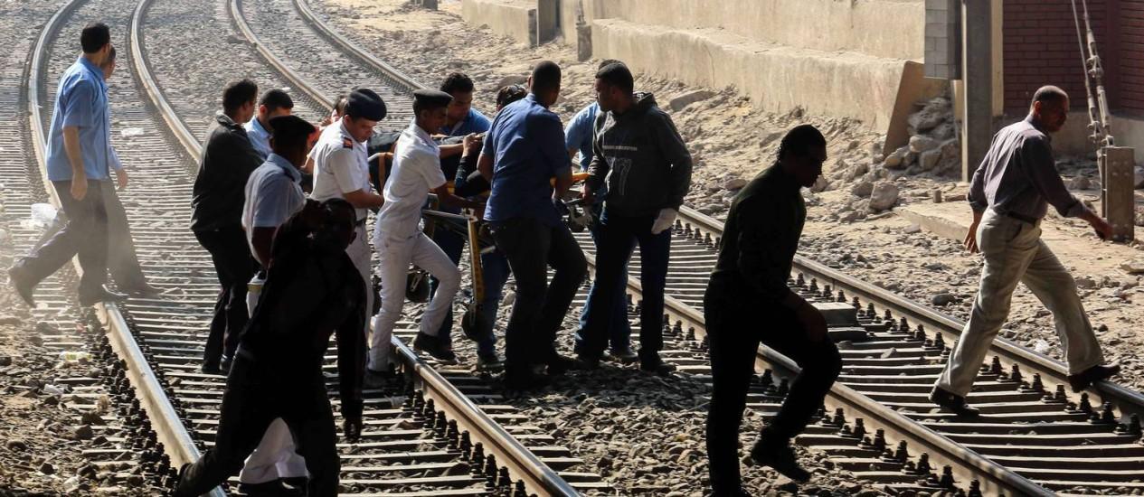 Forças de segurança e resgatistas retiram uma pessoa ferida pela explosão de uma bomba no metrô do Cairo Foto: Mahmoud Hefnawy / AFP