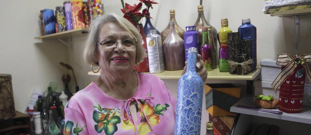 Valmira Martins de Araújo, de 77 anos, é um das artesãs do projeto Foto: Angelo Antônio Duarte / Agência O Globo