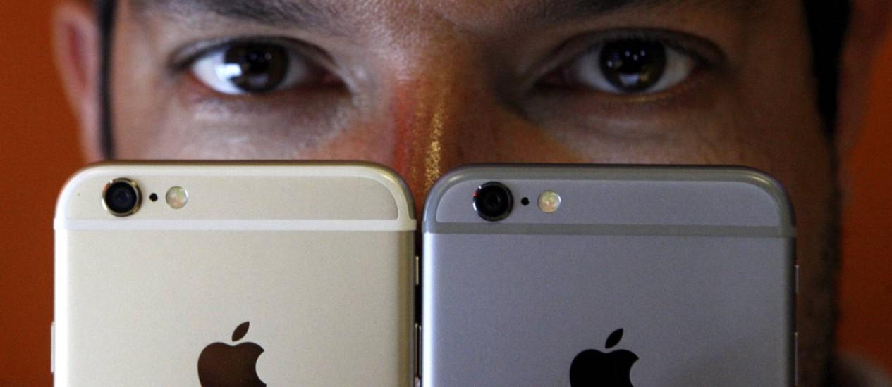 O produtor musical Carlos Costa com dois iPhones 6: preferência pela marca o fez comprar os aparelhos antes do seu lançamento no Brasil Foto: Gustavo Stephan / Agência O Globo